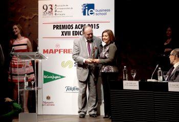 Ester Fonfría, recogiendo el Premio de la Asociación de Corresponsales de Pensa Extranjera (26 de mayo de 2016)